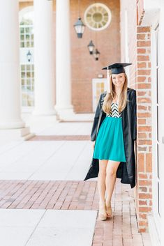 high school senior picture ideas in cap and gown - Graduation photos Graduation Picture Poses, Graduation Portraits, Graduation Photoshoot, Graduation Pictures, High School Graduation Picture Ideas, Grad Pics, Cap And Gown Pictures, Gown Photos, Senior Photos Girls