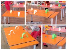 önce masalara bantlarla final çizgimizi çektik sonra kağıtlardan tüneller yapıp masalara yapıştırdık ponponları pipetlerle üfleyip çizg...