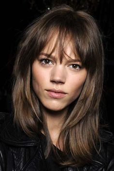 The new year is the best reason to change your entire look – and your hair is the way to start with. According to popular hairdressers, there are some new hair trends on the horizon. 90s Hairstyles, Hairstyles With Bangs, Layered Hairstyles, Full Fringe Hairstyles, Popular Hairstyles, New Hair Trends, Hair 2018, Brunette Hair, Brunette Fringe