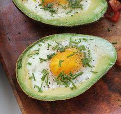 Opskrift på bagte æg i avocado serveret med frisk tomatsalsa og sprød bacon - nem, billig og sund aftensmad i en fart. Opskriften er også god til brunch.