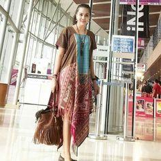 Source by lorieza fashion Batik Fashion, Ethnic Fashion, Curvy Fashion, Model Dress Batik, Mode Batik, Fashion Desinger, Batik Kebaya, Batik Pattern, Ethnic Looks