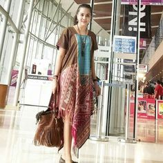Source by lorieza fashion Batik Fashion, Ethnic Fashion, Curvy Fashion, Womens Fashion, Model Dress Batik, Batik Dress, Mode Batik, Fashion Desinger, Batik Kebaya