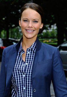 Fashion-Looks : Maritim: Eine Veranstaltung der UNICEF in Stockholm besucht Sofia im blauen Blazer mit passendem, kariertem Hemd.