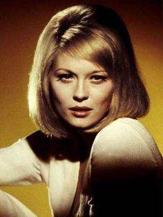 The Sleek Bob - Faye Dunaway 1967 Faye Dunaway, Retro Hairstyles, Celebrity Hairstyles, Short Hairstyles, Blond, Sleek Bob, Die 100, Baby Bangs, S Curl