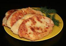 Потрясающе вкусные пирожки-лепешки с картошкой и сыром Ингредиенты: -100 грамм тертого сыра, -700-800 г. картофеля, -пучок зелени, -луковица. Для теста: -2 яйца, -мука, -соль, -стакан кефира. Приготовление: Ставим отваривать очищенный картофель, чтобы приготовить мятую картошку для начинки. Жарим мелконарезанный лук до золотистого цвета, кладем его в картошку. Добавляем зелень и тертый сыр, зелень по вкусу и все тщательно перемешиваем. Начинка готова. Замешиваем пресное тесто из муки, 2 яиц…