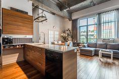 LOFT IMPÉRIAL À VENDRE par Eros Greatti crtr 514 839 2565. 3700 Rue St-Antoine O., apt. 249 Le Sud-Ouest (Montréal) H4C 0B1 MLS# 21673578 Grande unité de coin de style loft avec 2 chambres fermées, de grandes fenêtres orientées au nord-ouest, plafonds hauts et un stationnement intérieure dans le Loft Impérial. Accès à un salon communautaire sur le toit: avec cuisine, écran plat et câble HD, table de billard, foyer, accès WiFi, piscine extérieure et grande terrasse, BBQ. Gymnase.