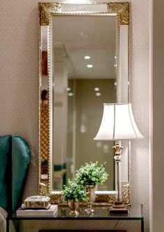 Elegância e bom gosto são os sinônimos deste maravilhoso Espelho Veneziano Detroit. Um clássico para você ambientar seu quarto, closet, hall de entrada e escritório. A peça possui moldura feita em MDF revestida em espelho, com detalhes em dourado. #Espelho #LojaSoulHome
