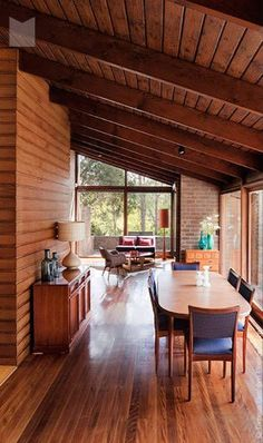 Mid-century architecture: Let's fall in love with the most amazing mid-century modern interiors that will elevate your mid-century design! #midcenturymoderninteriordesign
