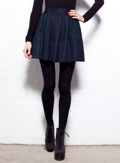 Green tartan high waisted skater skirt, with a tight fitting jumper, black tights, and black lace up heeled boots.                                                                                                                                                      Más