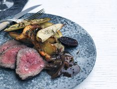 Roastbeef med rodfrugter og rødvinssauce | SPIS BEDRE Steak, Gluten, Ethnic Recipes, Food, Roast Beef, Meal, Essen, Steaks, Hoods