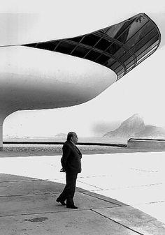 """""""O Brasil perdeu hoje um dos seus gênios. É dia de chorar sua morte. É dia de saudar sua vida"""", afirmou a presidente Dilma Rousseff em nota divulgada logo após a morte de Oscar Niemeyer."""