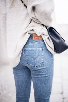 Where to get a good pair of Levi's jeans? Inspire yourself with the collection of outfits and get the ideas of what to wear with Levi's. Mode Outfits, Jean Outfits, Winter Outfits, Casual Outfits, Casual Jeans, Fashion Outfits, Simple Outfits, Simple Dresses, Jeans Style