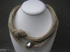 collar lino natural nudo xl y  pieza metálica grabada color plata fantasia  lino natural,perla meta,metal plateado engarzado,anudado
