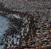 No cabe un paraguas más sobre la arena de la playa de Ipanema en Río de Janeiro.