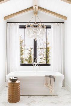 salle de bain baignoire marbre style chalet blanc salle de bain laiton art deco chalet blanc decoration #salledebain #miroir #vasque #blanc #laiton #or #douche #fleurs #bouquet #montagne #déco #décoration #idéedéco