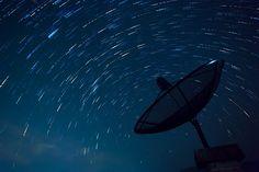 Pesquisadores da Universidade McGill, em Montreal, no Canadá, detectaram, recentemente, seis sinais de rádio misteriosos oriundos de algum ponto localizado a mais de 3 bilhões de anos-luz da Terra.Inicialmente, a descoberta consistia na identificação de ondas de rádio misteriosas e emitidas da constelação Auriga. A rajada, que teve uma duração de milissegundos, foi produzida no mesmo lugar onde havia sido detectado outro estranho sinal há poucos meses.