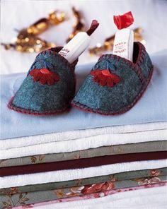 DIY kids slippers - Chaussons cousus en feutre et ornés de jolies fleurs rouges cousues également // claradeparis.com ♥
