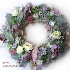 """Věnec """"Řebčík kostkovaný"""" (210) Trvanlivá dekorace z přírodních materiálů a látkových květin, v kombinaci nasivělých tónů růžové, fialové a zelené. Vhodné i do venkovních prostor. Dekorace plná zajímavých detailů, harmonicky ucelená. Použitý materiál: barvené roštíčko, lišejník, textilní květy, umělá zeleň, plody eukalyptu, doplněno stužkami. Průměr... Floral Wreath, Wreaths, Home Decor, Homemade Home Decor, Door Wreaths, Deco Mesh Wreaths, Garlands, Floral Arrangements, Decoration Home"""