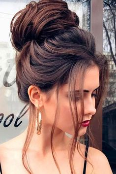 See our great hair updos for the Christmas or New Year's Eve party - makeupacc. See our great hair High Bun Hairstyles, Wedding Hairstyles, Hairstyles 2018, Woman Hairstyles, Hairstyles Pictures, Fringe Hairstyles, Black Hairstyles, Bouffant Hairstyles, Updos Hairstyle