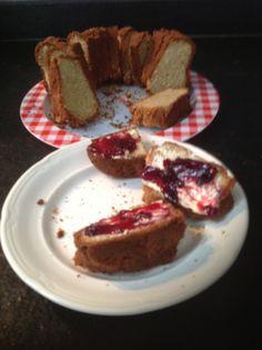 Amandelbrood, koolhydraatarm brood, gemaakt van 300 gram amandelmeel, 50 gram boter, 1 tl baking soda, snufje zout, 4 eieren, 2 tl honing, 30 gram gemalen kokos. 200 graden, 40 minuten. Lekker met jam. :-)