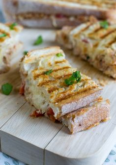 Genieten jullie ook zo van dit heerlijke (en zonnige) weekend? Om het weekend vanavond goed af te sluiten heb ik een makkelijk, maar erg lekker recept voor je klaar staan. Een Tuna Melt Panini. Het is een soort tosti tonijn met gesmolten kaas.In Amerika zijn broodjes met tuna melt HOT! Het is een van de... LEES MEER...