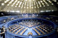 O plenário do Senado refletido em um espelho, às 15h50 deste sábado. Mais…