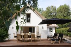The dream of a vacation home? It is by the sea, hidden behind dunes, with a thatched roof and garden, just like the Seehaus, a dream holiday home on the Baltic Sea.