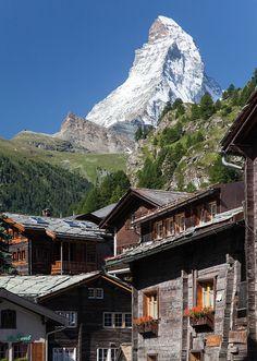 Suisse, Zermatt, canton du Valais, le vieux village et le mont Cervin 4478 m (jpazam)