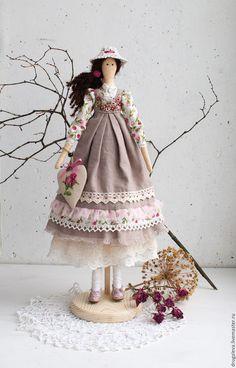 Купить или заказать Кукла тильда Полина, текстильная кукла, интерьерная кукла в интернет-магазине на Ярмарке Мастеров. Интерьерная текстильная кукла-тильда Полина. Нежная романтичная барышня, любит читать французские романы о любви. Часто гуляет в саду, пряча от солнышка нежное личико под полями ажурной шляпки. Для своей хозяйки станет милой подружкой, с которой можно помечтать. Куколка выполнена полностью из натуральных материалов. Подставочка входит в комплект.…
