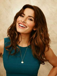 Love her hair and style Sarah Shahi, Dallas Cowboys, Brunette Actresses, Amy Acker, Bollywood, Elizabeth Gillies, Hot Brunette, Iconic Women, Celebrity Photos