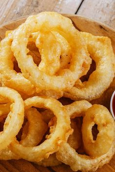 These are excellent. I have been making them for years.got the recipe originally from Woman's Day magazine, a column called Men Cook, back around Slice them thin and knock off excess batter on the side of the bowl. They fry up quickly. Onion Recipes, Vegetable Recipes, Beer Battered Onion Rings, Beer Battered Cod, Onion Rings Recipe, Baked Onion Rings, Homemade Onion Rings, Batter Recipe, Recipe 4