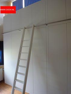 Modern kledingkast op maat met ladder en railing. Glad gespoten deuren. Modern wardrobe with sprayed doors, ladder and railing.