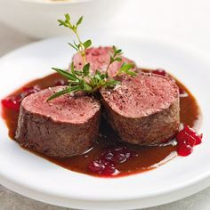Venison with cranberry sauce - Fleisch Fresh Cranberry Recipes, Best Cranberry Sauce, Beef Recipes, Healthy Recipes, Good Food, Yummy Food, Thanksgiving Side Dishes, Food Inspiration, Easy Meals