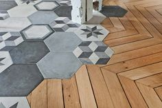Here is a beautiful transition made by West Home. The graphic porcelain stoneware imitation cement tiles of the kitchen s' inlaid in the parquet. A perfect link between old wooden boards and a trendy and modern tiling. Floor Design, House Design, Tile Design, Transition Flooring, West Home, Hexagon Tiles, Patchwork Hexagonal, Hex Tile, Cement Tiles