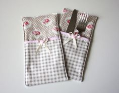 """Cutlery bag """"Chloé"""" - free sewing instructions- Bestecktasche """"Chloé"""" – kostenlose Nähanleitung Sewing the cutlery bag for free // Free PDF - Christmas Napkins, Christmas Sewing, Diy Christmas Ornaments, Crafts To Sell, Diy And Crafts, Sewing Crafts, Sewing Projects, Wedding Napkins, Sewing Accessories"""