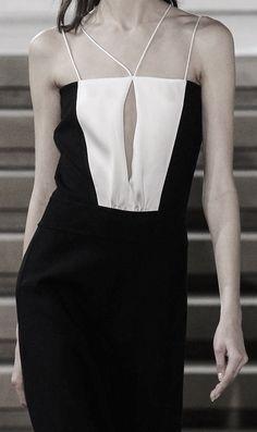 Jil Sander Fall 2015 Ready-to-Wear Fashion Show Minimal Fashion, High Fashion, Fashion Show, Womens Fashion, Fashion Forecasting, Fashion Details, Fashion Design, Corset Belt, Sculptural Fashion