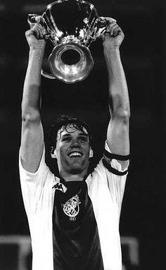 Ajax wint de Europa Cup voor bekerwinnaars, 13 mei 1987  Van Basten toont de beker!