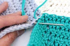 Ce tutoriel photo vous montrera comment joindre les hexagones au crochet avec une technique qui aboutit à une couture invisible. Idéal pour coudre des hexagones ensemble, mais peut également travailler pour des carrés de mamie ou d'autres pièces de crochet. | MakeAndDoCrew.com