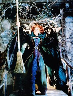 Winifred Sanderson (Bette Midler) from Hocus Pocus -My Favorite Witch Winnie Hocus Pocus, Película Hocus Pocus, Hocus Pocus 1993, Hocus Pocus Movie, Hocus Pocus Costume, Hocus Pocus Sisters, Halloween Movies, Halloween 2018, Holidays Halloween