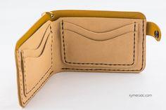 Cartera INDIAN GOLD. 100% hecha y cosida a mano. Compartimento para billetes u otro uso y 4 ranuras para tarjetas. Cierre con corchete. Medidas aprox.: 12,5 x 9 cm. Ya disponible en www.metalyeah.com