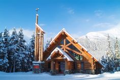 Imagining a winter wonderland surrounding your wedding? Consider Our Lady of the Snows in Girdwood, Alaska. This beautiful chapel available to all denominations and is located within walking distance of the Hotel Alyeska. North To Alaska, Alaska Usa, Beautiful Architecture, Beautiful Buildings, Girdwood Alaska, Alaskan Wedding, Snow Images, A Frame House, Best Hotels