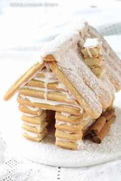 Savoiardi biscuit house for Christmas Sweet Stefy- A dessert that is also a very pretty decoration: Christmas biscuits biscuit house! Perfect to amaze guests on Christmas day! Christmas Sugar Cookie Recipe, Best Christmas Cookies, Christmas Sweets, Christmas Cooking, Christmas Recipes, Cookie Recipes For Kids, Cookie Recipes From Scratch, Chocolate Cookie Recipes, Dessert Recipes