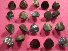 25 Stück Perlmuttknöpfe mit Keramiköse,Grausilber,Dreieck,Durchmesser ca.15 mm,Neu hochwertige Handarbeit,Lübecker Knofmanufaktur von Knopfshop auf Etsy
