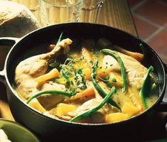 """Pot-au-feu är franska och översatt till svenska betyder det ungefär """"i liten gryta"""". Denna utsökt goda pot-au-feu på kyckling är en gryta gjord på kyckling, morötter, kålrot och purjolök. Servera gärna med potatismos och senapskräm."""