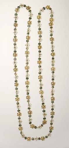 036202378da A chain of gold and enamel comprising 149 links of alternating double  roses