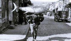 Akaretler yokuşunda bir hamal, sırtında ORKİNOS taşıyor Beşiktaş Istanbul- Yıl 1951 Türkiye