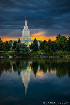 El LDS Templo de Idaho Falls se refleja en el agua del río Snake en la salida del sol en una mañana de verano nublado inusual. - Foto de James Neeley, a través de Flickr