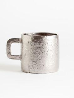 """Matthias Kaiser  platinum mug  Tasse de platine  H 8cm  Grès avec une glaçure métallique mate allumée à 1250 ° C  Et un revêtement de platine allumé à 780 """"C.  L'argile est non raffinée, avec des inclusions de quartz et de limonite,  Qui donnent une texture intéressante.  La couche de platine contient du platine réel"""