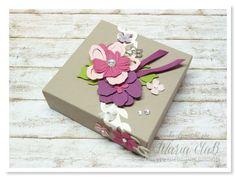papierrascheln.blogspot.de 》Eine Wellness Box auf Papier in Taupe mit den Endmaßen 10 x 10 x 3cm. Für die Blüten wurden die Framlits Formen Pflanzen Potpourri und die Blüte der Itty Bitty Akzente genommen. Farbig mit Kirschblüte, Vanille Pur, Himbeerrot, Rosenrot und Olivgrün.