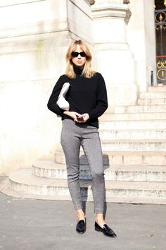 Black Super sunglasses, black knit turtleneck, white leather satchel worn as clutch, cropped grey trousers and patent black loafers. - Total Street Style Looks And Fashion Outfit Ideas Black Loafers Outfit, Black Patent Loafers, Loafers For Women Outfit, Black Shoes, Black Turtleneck, Black Knit, Office Looks, Look Fashion, Winter Fashion